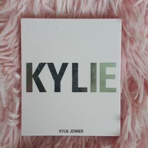 Kylie Cosmetics Makeup - Kylie Jenner blush powder